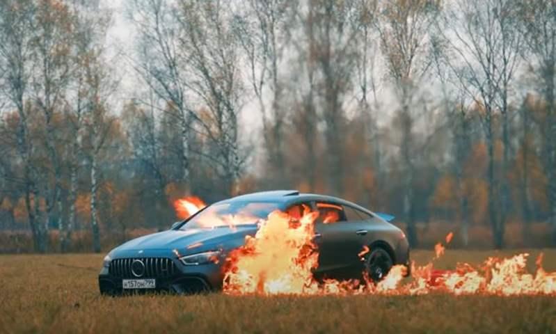 بعد إسقاط سيارة مرسيدس من هيليكوبتر.. روسي آخر يشعل النيران في سيارته