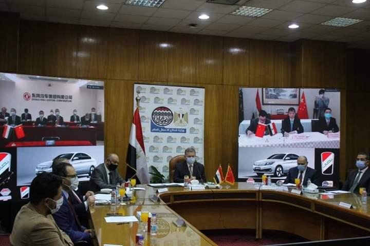 """"""" البدء بمكون محلي 50%"""".. وزير قطاع الأعمال العام يشهد توقيع اتفاقية تصنيع السيارة """"نصر"""" الكهربائية"""