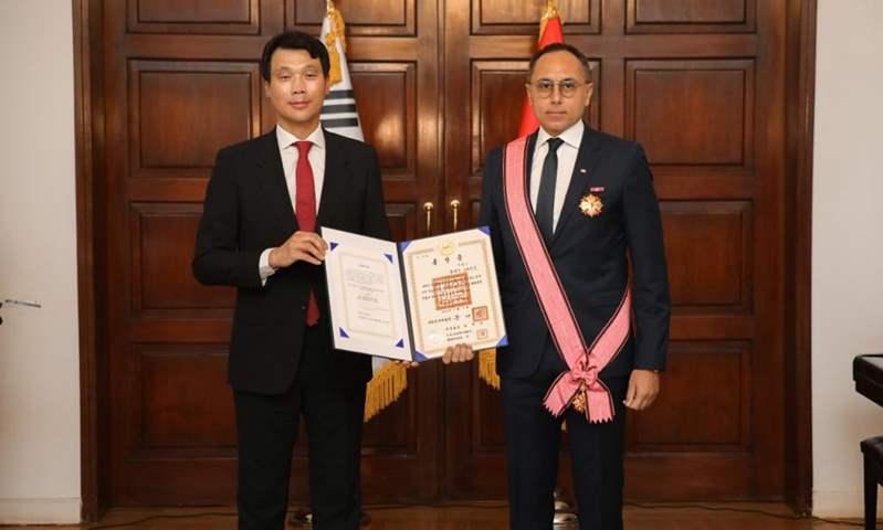 سفير كوريا الجنوبية يمنح وسام استحقاق الخدمة الدبلوماسية للمهندس خالد نصير
