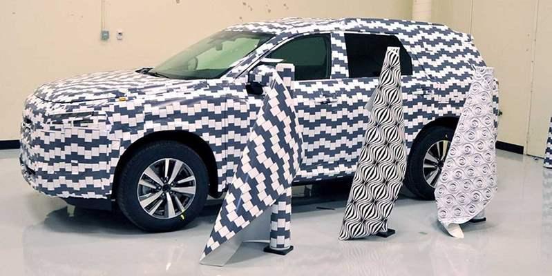 نيسان تستهلك 3200 متر من ورق التمويه خلال العام الماضي لإخفاء سياراتها