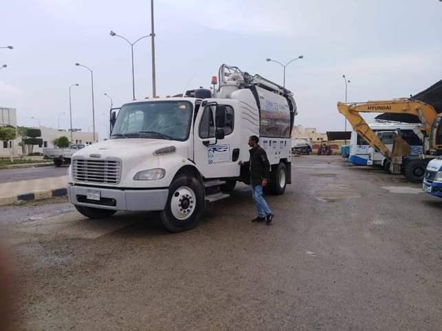 أجهزة مدينتي 6 أكتوبر وبرج العرب الجديدة تمهد الطرق استعدادًا لسقوط الأمطار