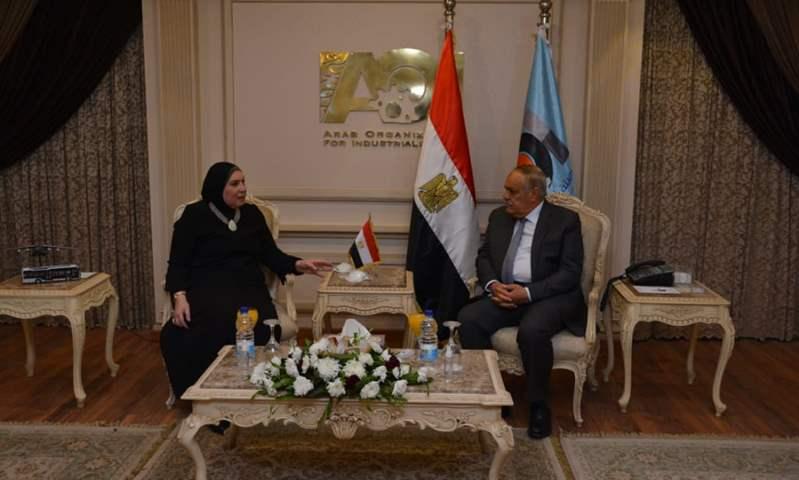 """وزيرة الصناعة تشيد بخطط """"العربية للتصنيع"""" لتوطين صناعة السيارات الكهربائية"""