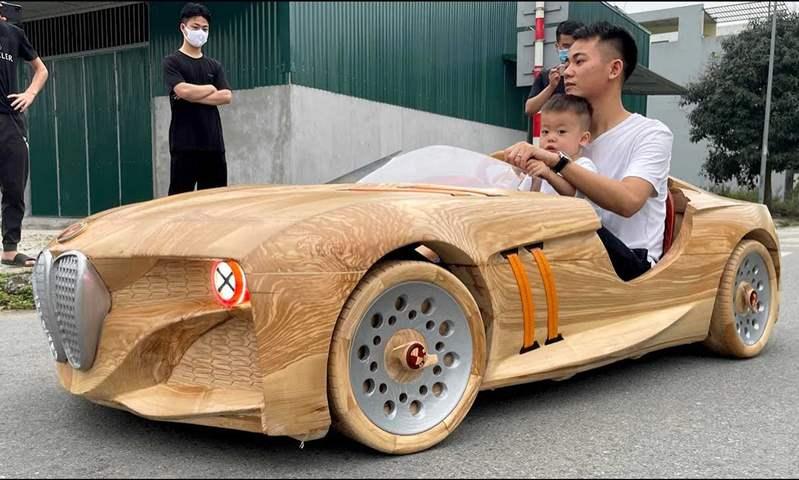 في أول يوم دراسي.. أب يبني لابنه سيارة بي إم دبليو خشبية كهربائية