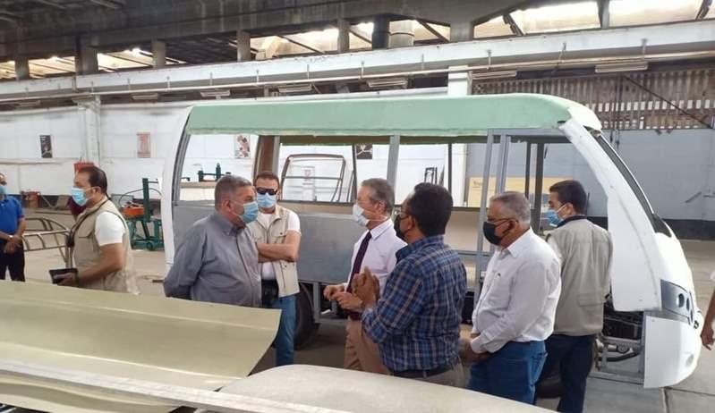 """بالتعاون مع أوبر.. وزير قطاع الأعمال يتفقد اختبار السيارة الكهربائية في شركة """"النصر"""""""