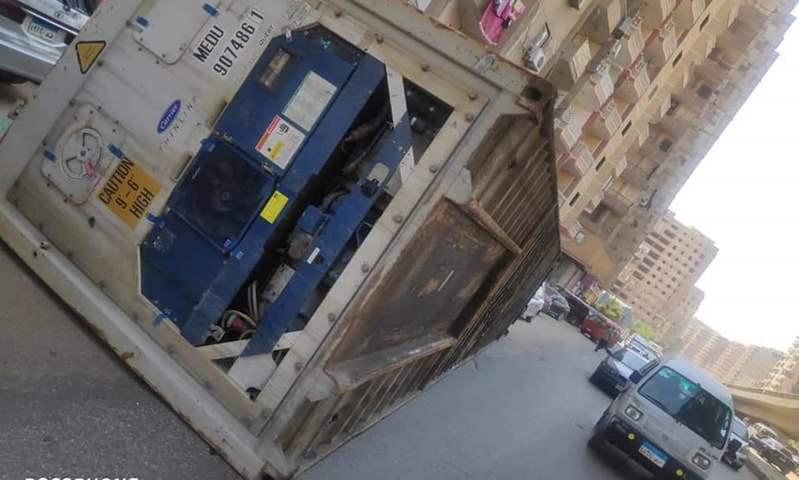 """عودة الحركة المرورية في شارع اللبيني بعد تعطيله بسبب سقوط """"كونتينر"""" من أعلى سيارة"""