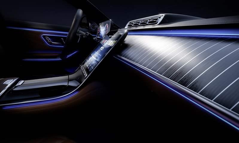 المقصورة الداخلية لـ مرسيدس S-Class تتألق بإضاءة محيطة أكثر سطوعًا