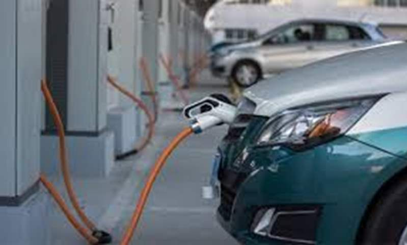 الحكومة تناقش تحديد أماكن محطات شحن السيارات الكهربائية بالقاهرة والجيزة