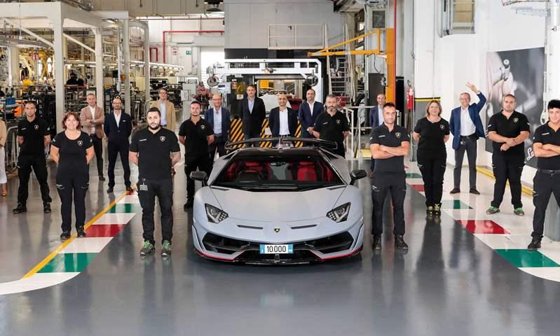 لامبورجيني تبيع النسخة رقم 10.000 من السيارة أفنتادور